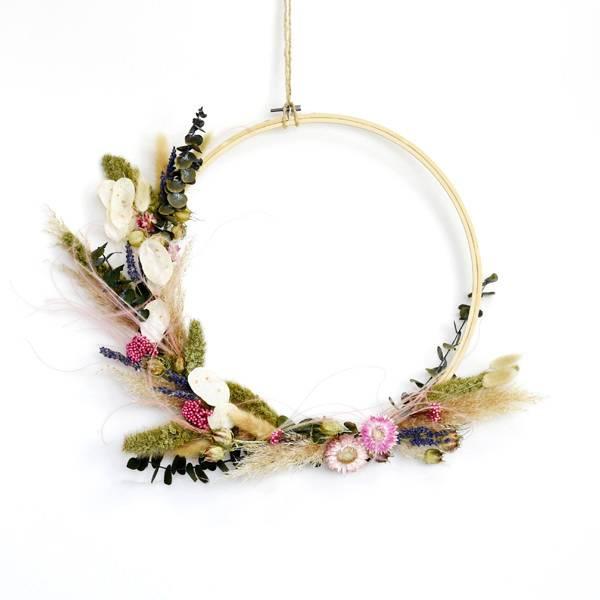 Trockenblumenkranz | Hoop | Wiesenhauch | Holz Stickrahmen 35 cm | Trockenblumen weiss-pink-grün-natur | Eukalyptus, Pampasgras, Lunaria, Strohblumen