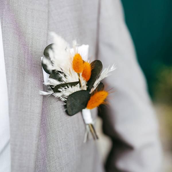 Trockenblumen Anstecker Bräutigam   Hochzeit   Amberliebe   weiss-orange-grün   Eukalyptus, Pampasgras, Lagurus