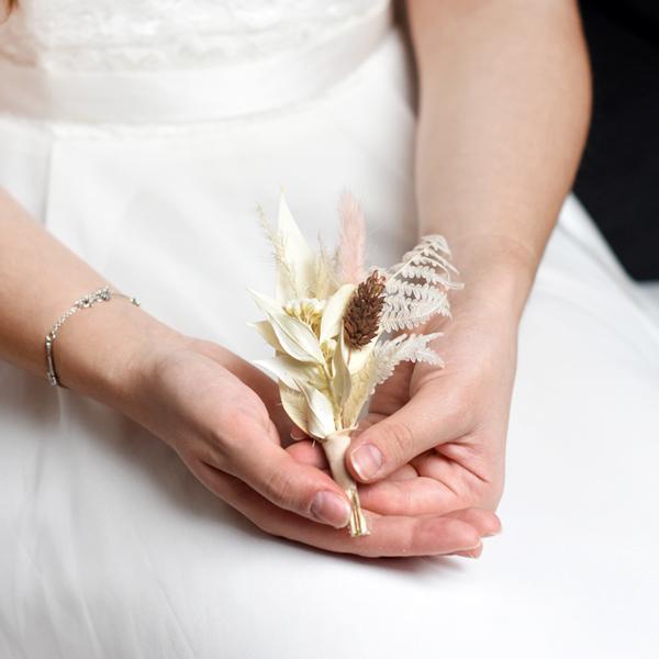Trockenblumen Anstecker Bräutigam | Rosenzauber | weiss-ivory-pastell