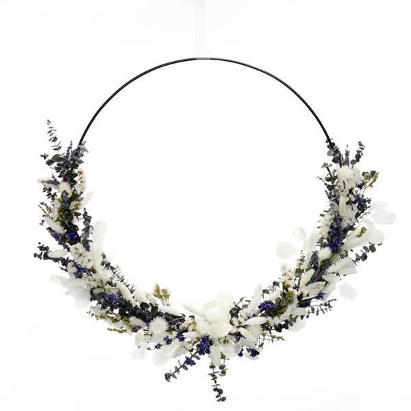 Trockenblumenkranz   Hoop   Sommerbrise   schwarz 50 cm   Trockenblumen weiss-natur-blau-grün   Eukalyptus, Pampas, Rittersporn, Lavendel, Hortensie
